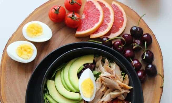 salade aux œufs, grenade, cerises
