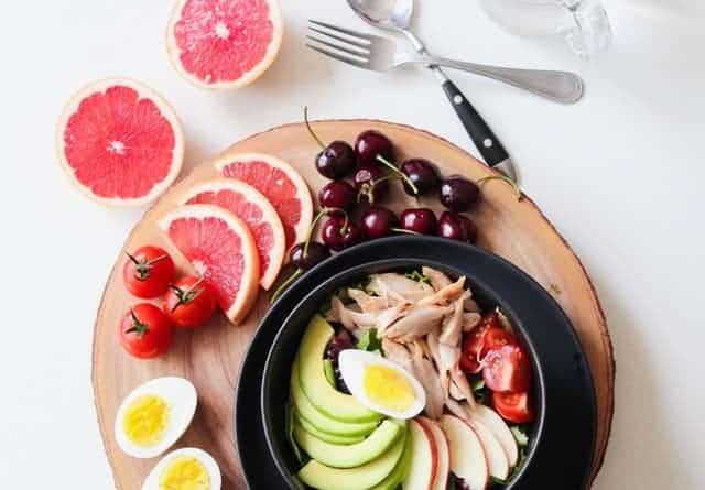 salade d'avocats, œuf, tomates