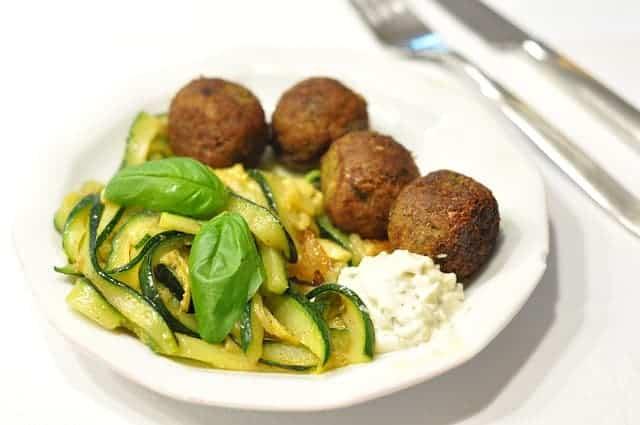 boulettes de viande, riz, légumes