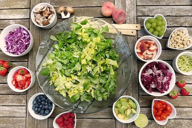 salade saine avec fraises, myrtilles, raisins