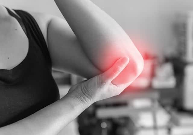 une douleur dans l'articulation du coude
