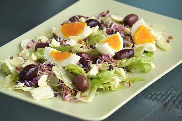 salade avec oeuf, aulnes, laitue