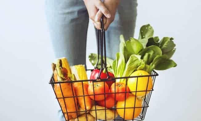 panier avec citrons, tomates, légumes