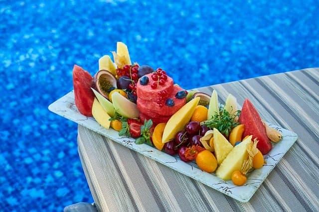 le fruit se trouve dans l'assiette
