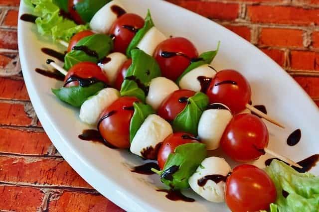 mozzarella et salade de tomates
