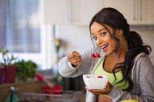 une femme mange le fruit