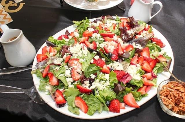 salade de laitue et de fraises