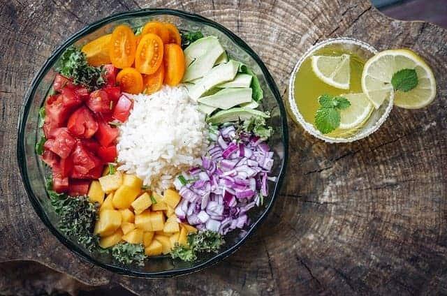 salade avec fromage et tomates, eau avec citron