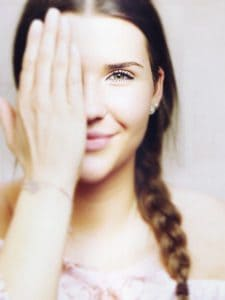 la fille qui couvre l'œil, la vue, la vision