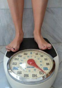 le poids, l'homme debout sur la balance