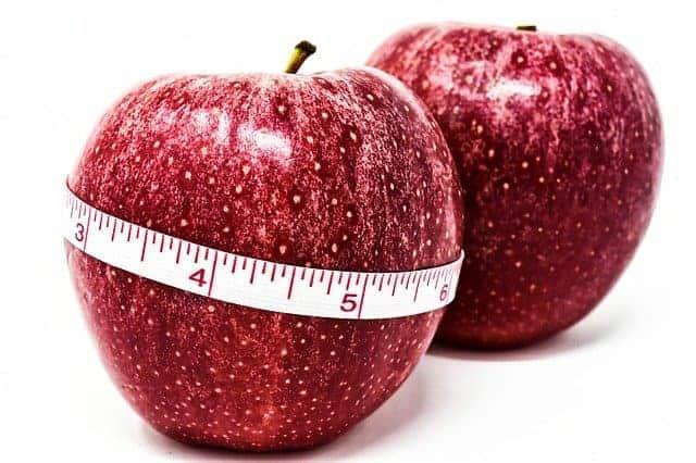 pomme attachée par un centimètre, contrôle du poids