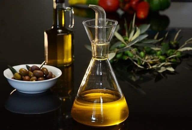 flacon d'huile et d'olives vertes