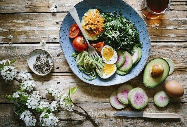 alimentation du cerveau, repas sain, œuf, avocat, épinards