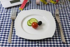 légumes dans l'assiette, couteau et fourchette
