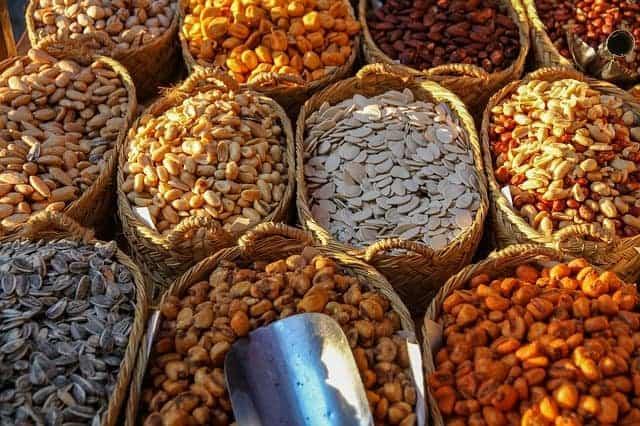 des paniers avec différents types de haricots et de noix