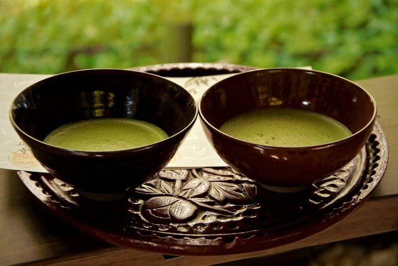 thé matcha dans des tasses