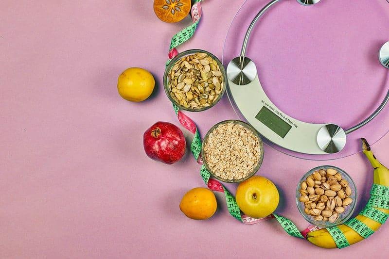 balances de cuisine et aliments diététiques sains (céréales, fruits)