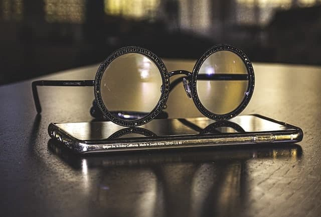 Des lunettes posées sur votre smartphone