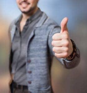 un homme montrant un geste avec son pouce ok
