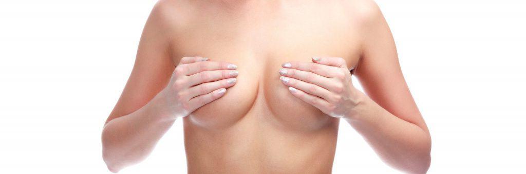 la femme se couvre les seins avec ses mains