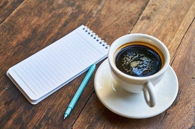 tasse de café, bloc-notes, stylo
