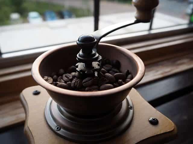 les grains de café dans le moulin