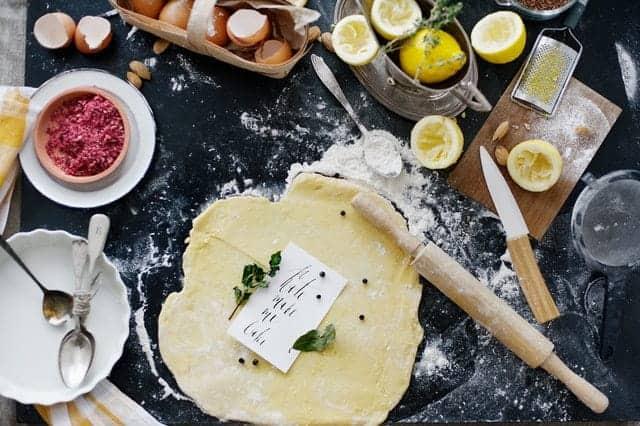 pâte roulée, farine, œufs, accessoires de cuisine
