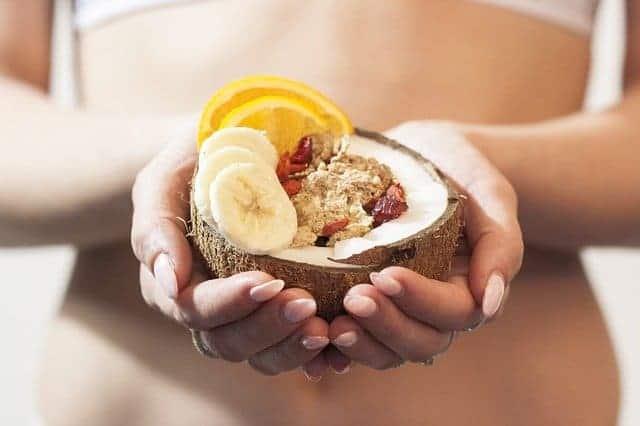 la femme tient un dessert diététique dans ses mains