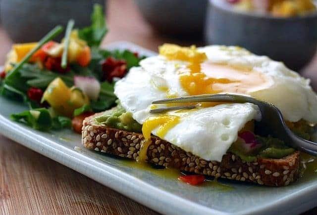 un repas sain - toast complet avec des œufs et des légumes