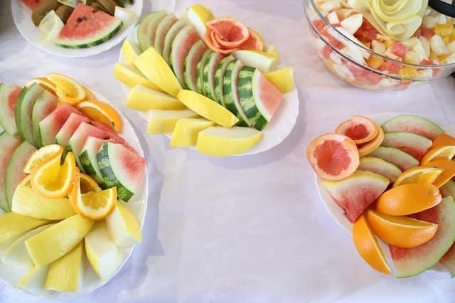 fruits coupés en morceaux sur des salades