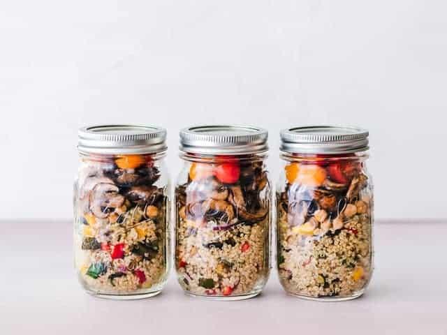 un plat diététique de gruaux et de légumes en bocaux