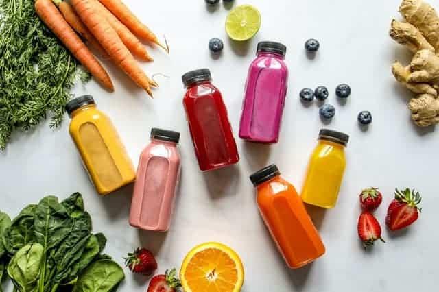 Bouteilles de légumes, de fruits et de jus