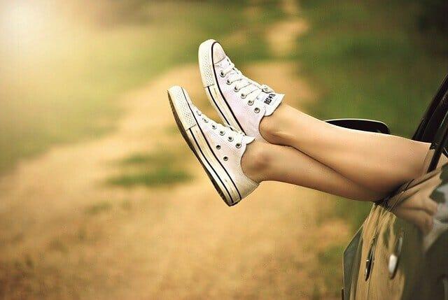 Jambes en chaussures de tennis