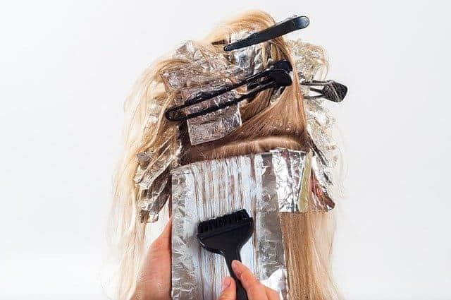 les cheveux pendant la coloration