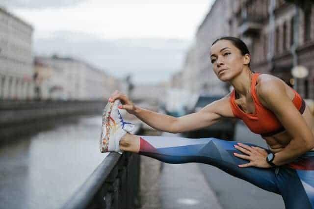 une femme s'échauffe avant de courir
