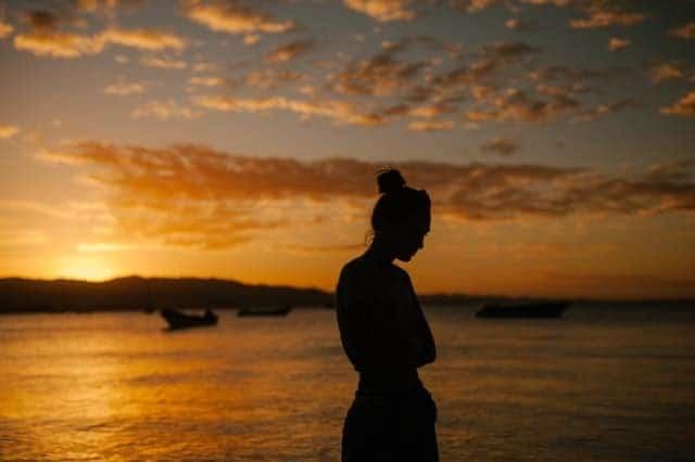 femme triste marchant sur la plage