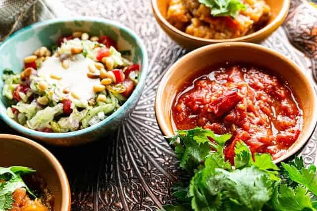 salaisons et salades dans des bols