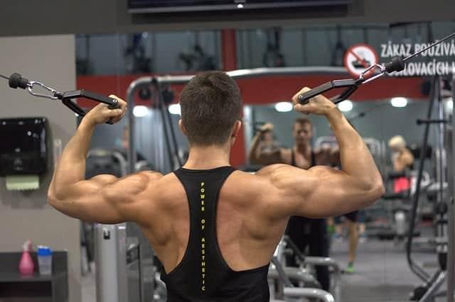 un homme fait de l'exercice à la salle de gym