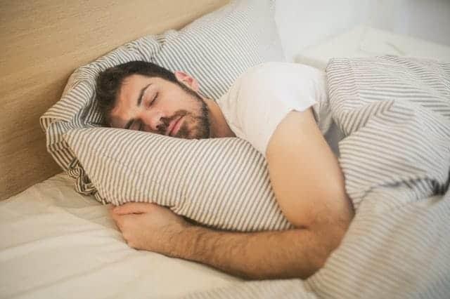 homme en sommeil profond