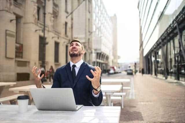 Un homme nerveux travaillant sur son ordinateur portable