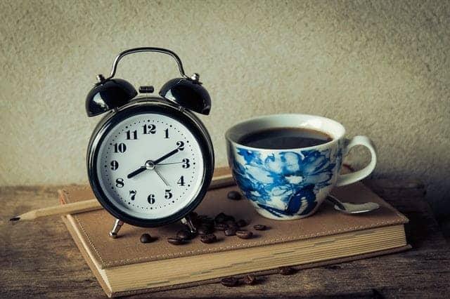 une tasse de café et un réveil