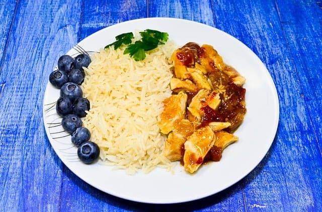 riz avec ragoût dans l'assiette