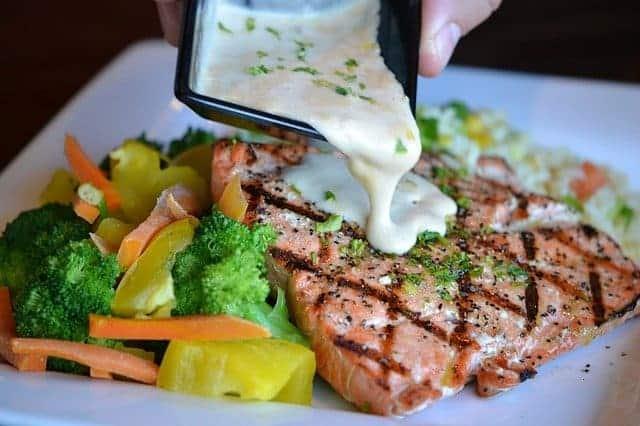 Légumes et poisson au four sur une assiette