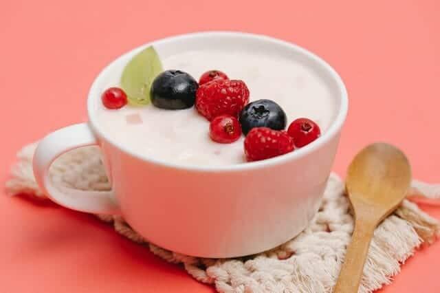 Yoghourt avec fruits dans une tasse
