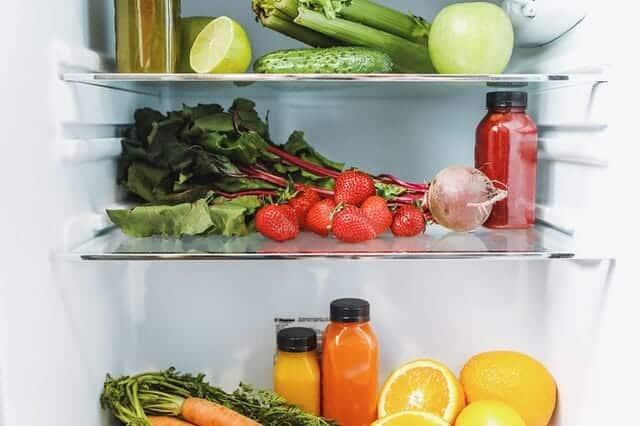 à l'intérieur du réfrigérateur, légumes, fruits et jus de fruits