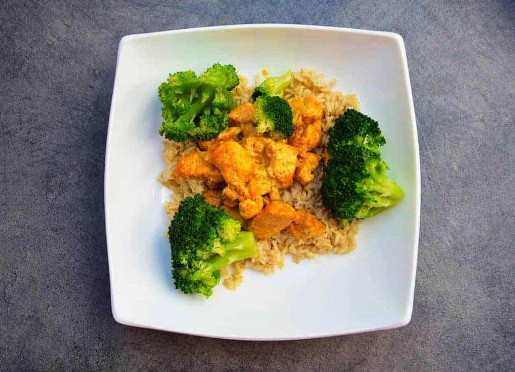riz avec poulet et brocoli sur une assiette